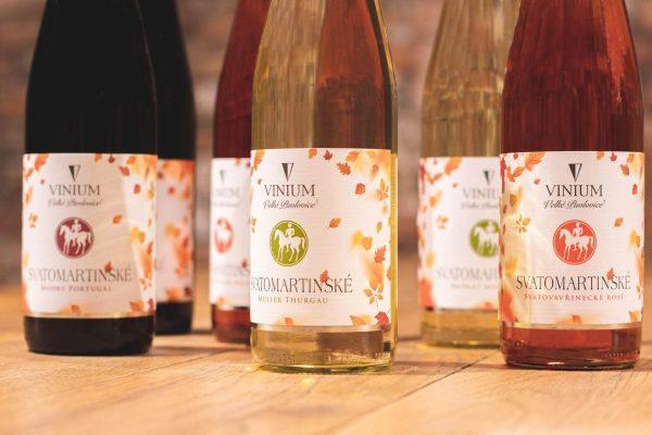 Etikety svatomartinského vína na lahvích